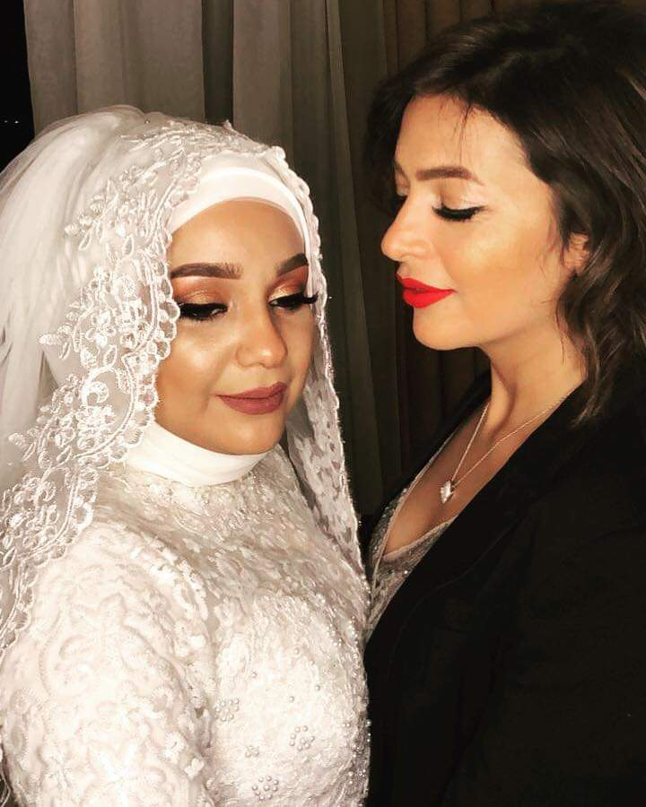 صورة دنيا المصري مع شقيقتها