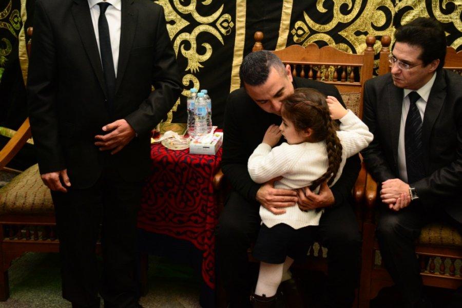 احمد سعيد-عبدالغني-يحتضن-ابنته-في-عزاء-والده