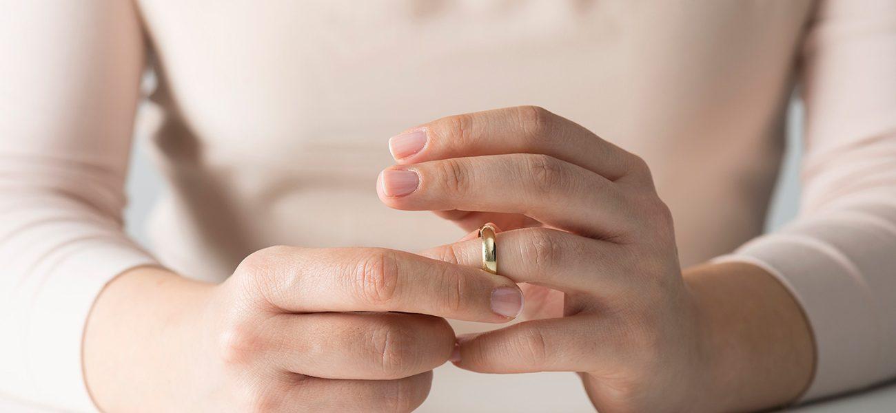 امرأة ترفع خلع لامتلاء وجه زوجها بالحبوب