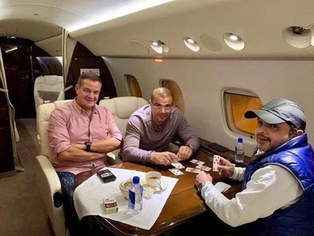 محمد-هنيدي-يلعب-الكوتشينة-مع-عمرو-دياب-على-متن-طائرة-خاصة
