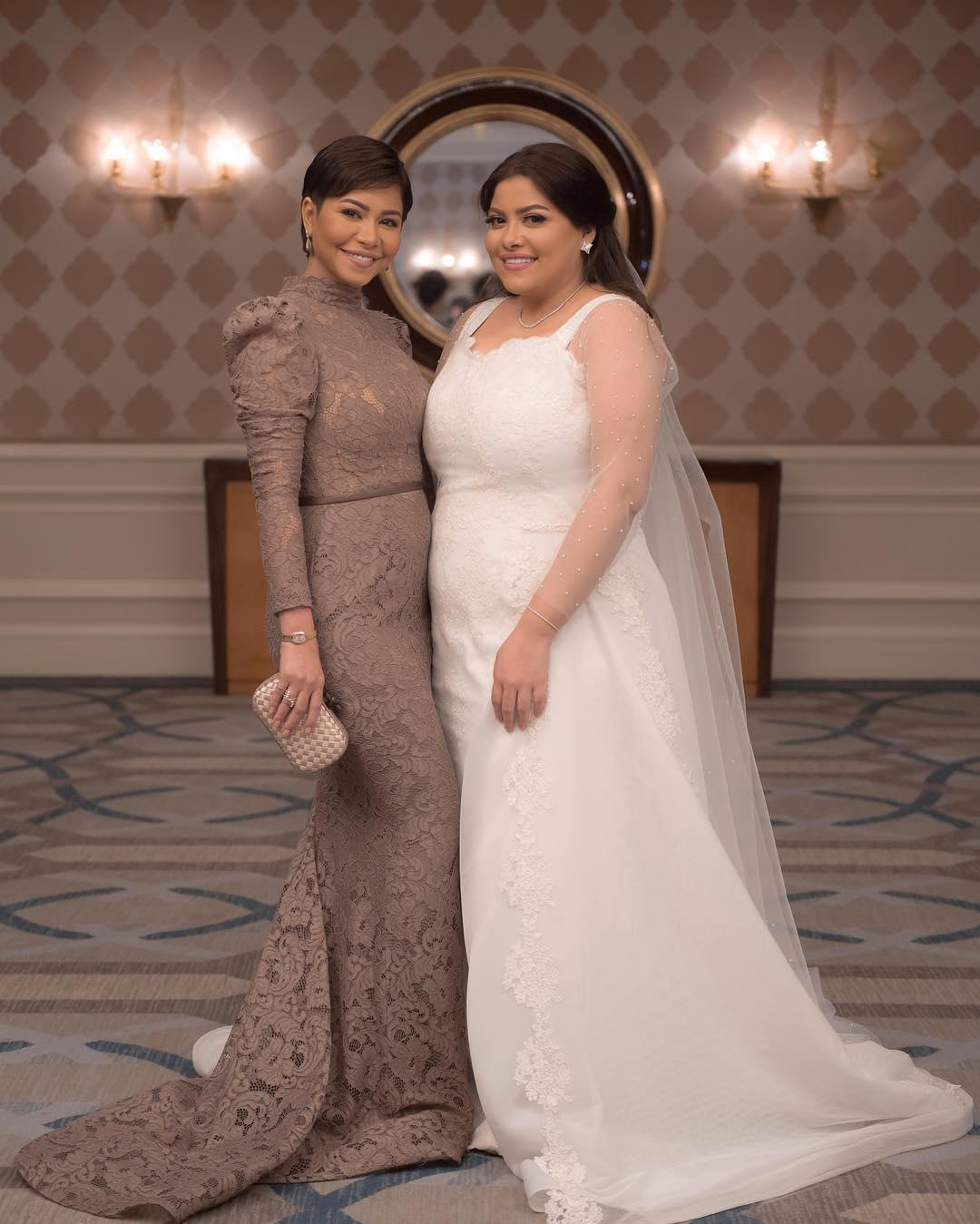 صور شيرين عبد الوهاب مع شقيقتها في زفافها