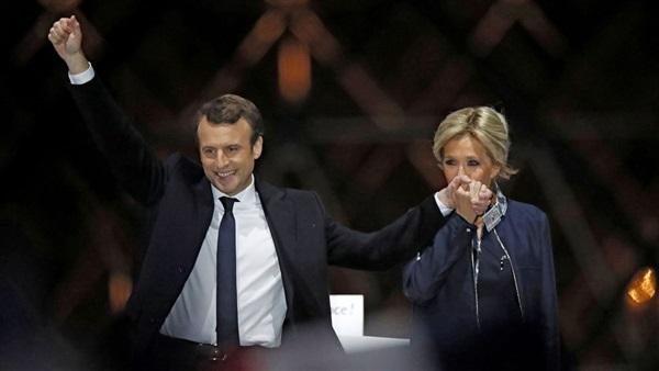 بالصور.. حب الرئيس الفرنسي لزوجته يشعل فتور ترامب تجاه ميلانيا