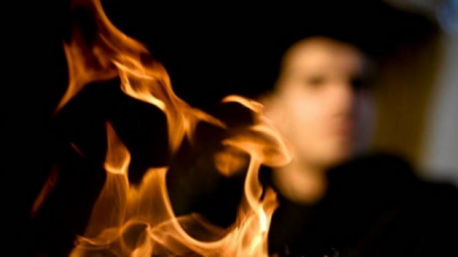 رجل خليجي يحاول قتل زوجته السابقة في مقر عملها بمادة حارقة