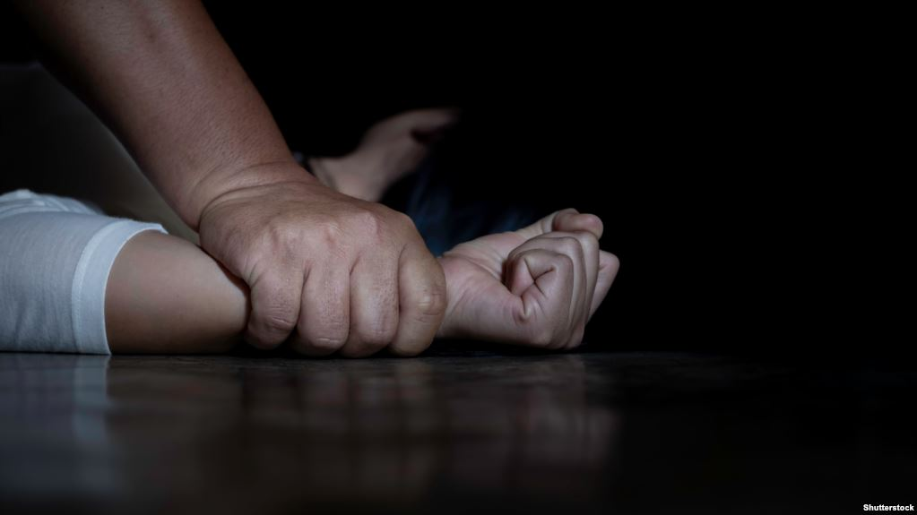 أب يغتصب بناته الثلاثة .. تفاصيل الواقعة والقبض عليه!