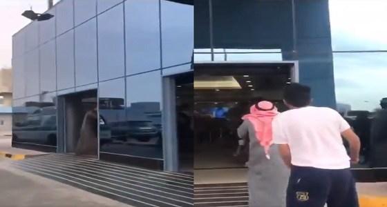 بالفيديو.. مشاجرة وتشابك بالأيدي أمام أحد المستشفيات بالكويت