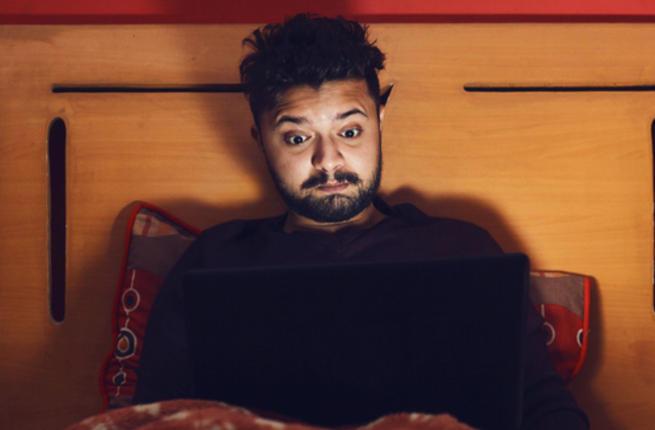 سيدة تطلب الخلع بعد أن اكتشفت إدمان زوجها مشاهدة الأفلام الإباحية
