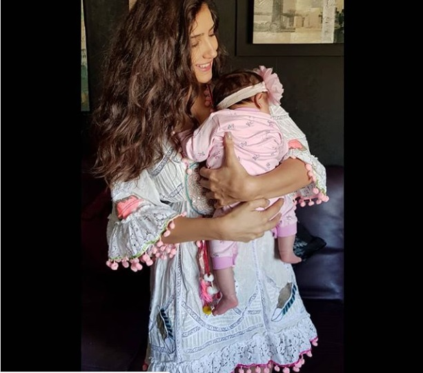 مي-عمر-وهي-تحمل-طفلتها-سيلين