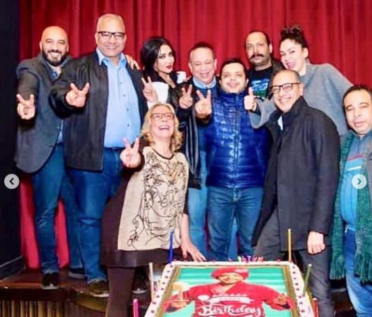 هنيدى-يحتفل-بعيد-ميلاده-مع-فريق-عمل-المسرحية