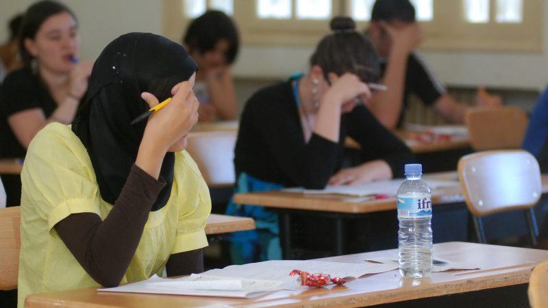 رجل يتنكر في زي امرأة لأداء امتحان القبول نيابة عن طالبة