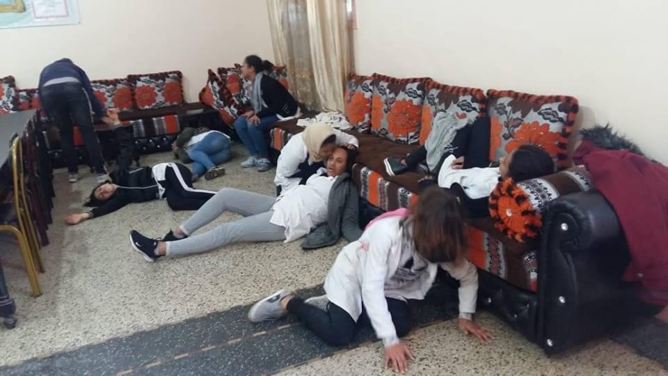 بالفيديو.. فتيات مغربيات في حالة هستيرية داخل المدرسة والسبب غامض!