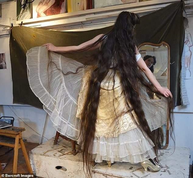 بالصور.. شاهد طول شعر فتاة لم تغسله طوال 20 عام