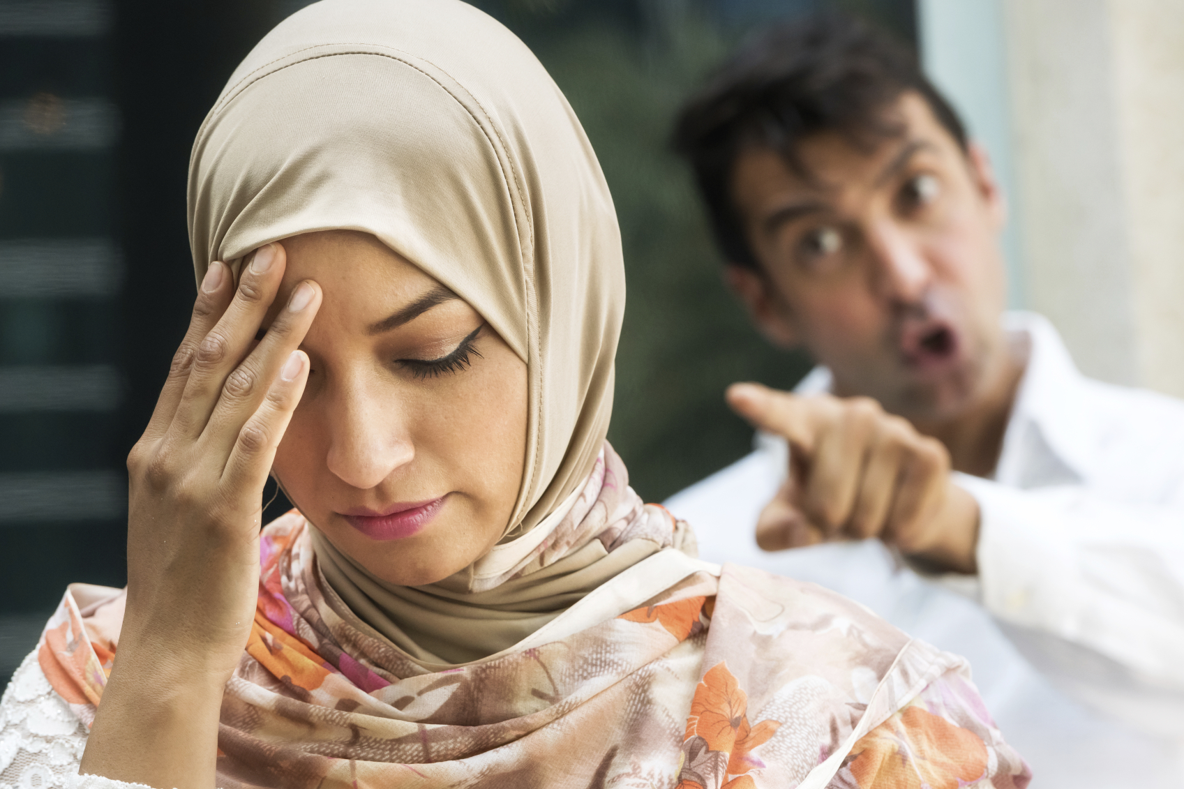 رد فعل صادم.. رجل يواعد بائعة الهوى إلى بيته ليُفاجئ بزوجته