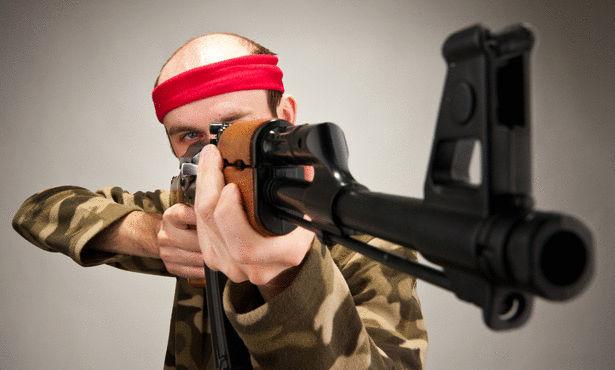 بالفيديو.. حقيقة دخول شابين بأسلحة رشاشة إلى مدرسة بالسعودية!