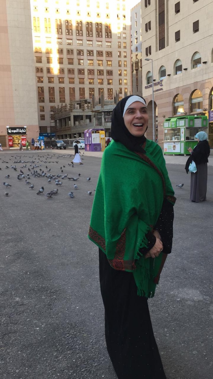 -الفنانة-دينا-ترتدى-شال-أخضر-خلال-تواجدها-فى-مكة-لأداء-العمرة