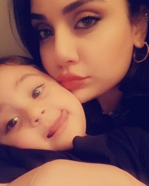 زينب-فياض-مع-طفلتها