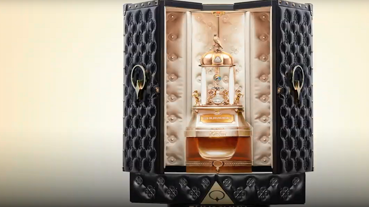 بالفيديو.. دبي تكشف عن شموخ أغلى زجاجة عطر في العالم !
