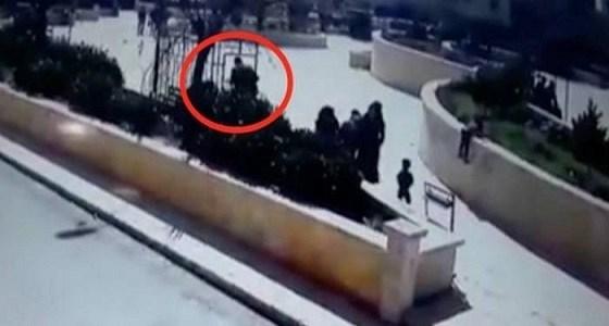 بالفيديو.. رجل يقتل زوجته أمام الجميع في حديقة عامة