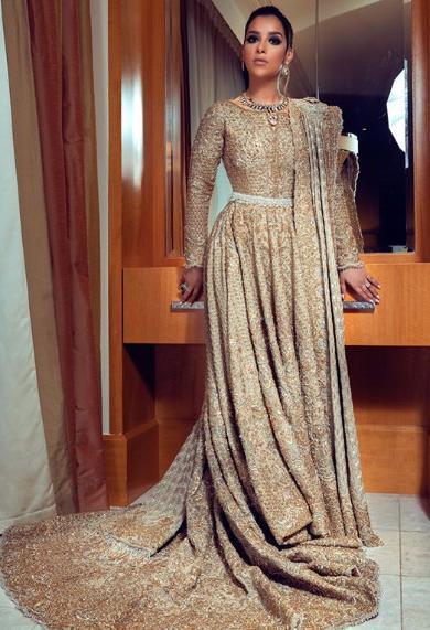 بلقيس-بفستان-ذهبي-بذيل-طويل