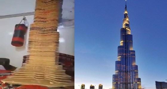 بالفيديو.. مهندس يبدع في تصمم برج خليفة بكرتون المعلبات الغذائية