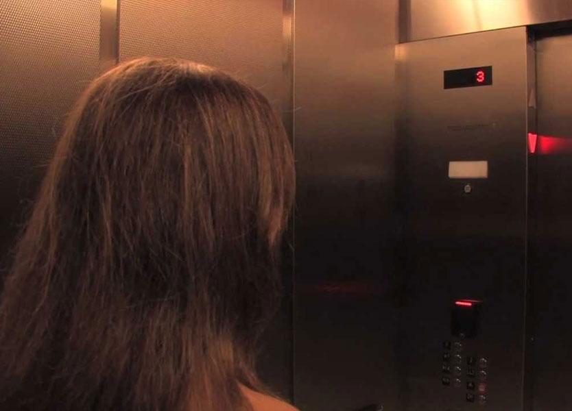 رجل يتحرش بفتاة داخل مصعد .. فماذا فعل والداها ؟!