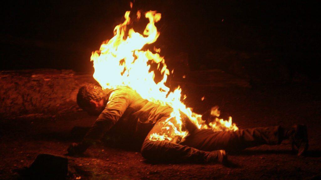 زوجة تقتل زوجها حرقا بسبب لون بشرته الداكن