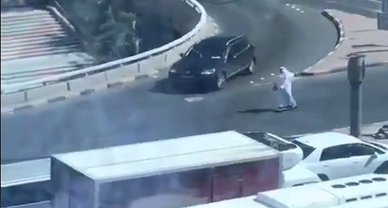 بالفيديو.. رجل يثير جدلاً في الكويت بعد ذهابه للعمل بـ سكوتر !