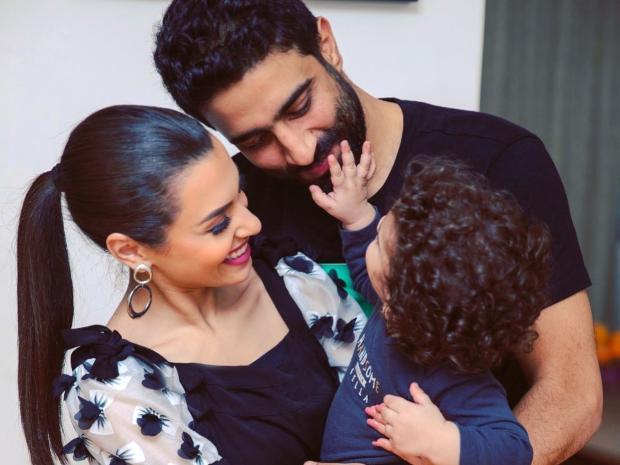صورة كارمن سليمان مع زوجها وابنها