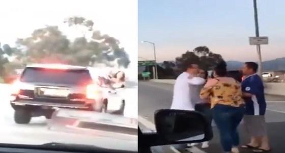 مشاجرة عنيفة بين زوجين تنتهي بتمزيق ملابسهما على الطريق السريع