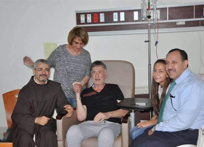 صور قديمة للنجم عزت أبو عوف بعد إجراء جراحة في القلب
