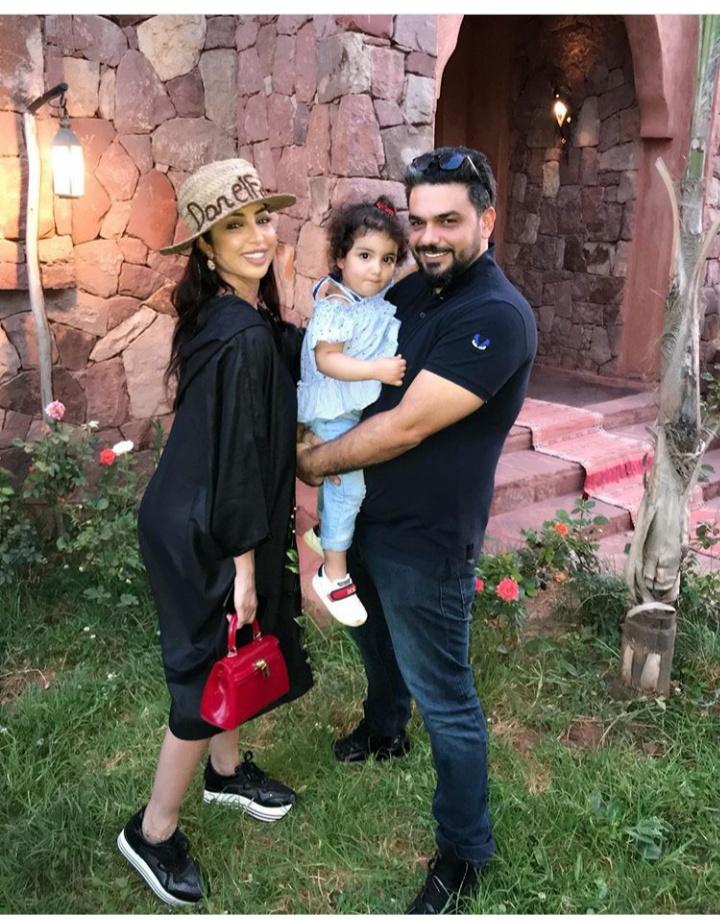صورة النجمة المغربية دنيا بطمة مع عائلتها الصغيرة محمد الترك وغزل الترك