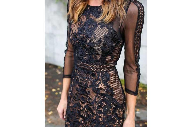 إطلالة راقية لفستان دانتيل مميز باللون الأسود