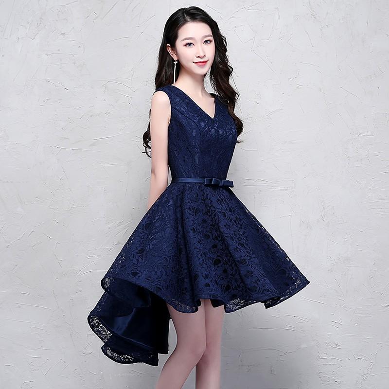 إطلالة مميزة للغاية لفستان أزرق دانتيل