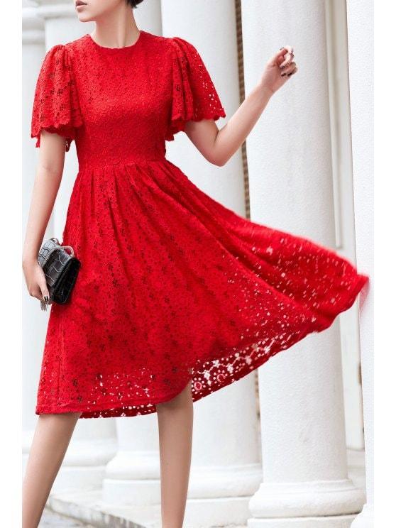 الدانتيل يزين فستان أحمر