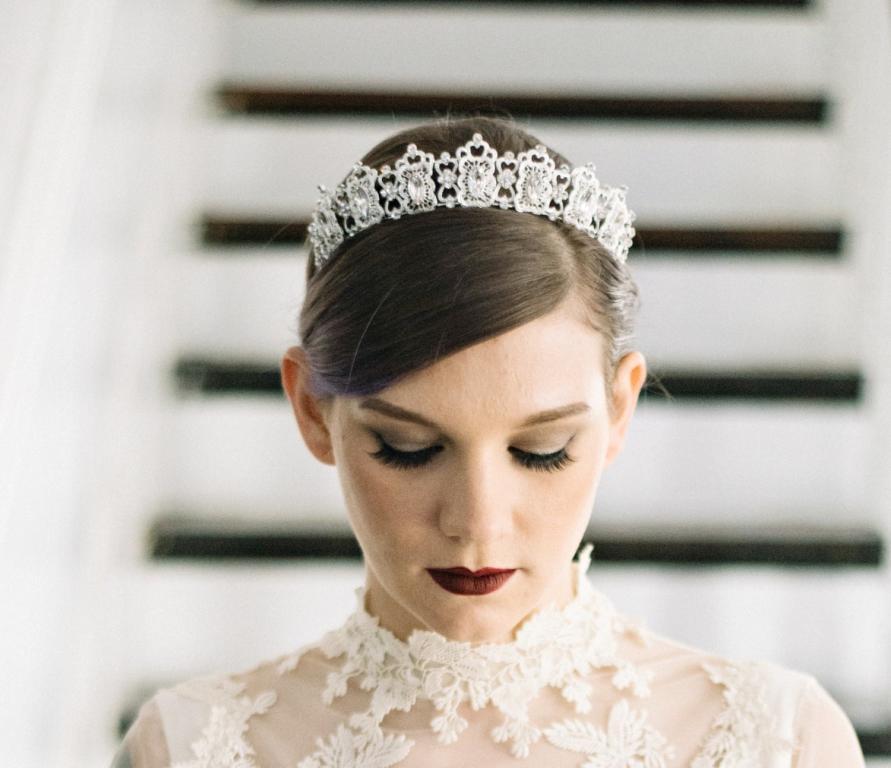 تاج رقيق يناسب العروس ذات الوجه الصغير