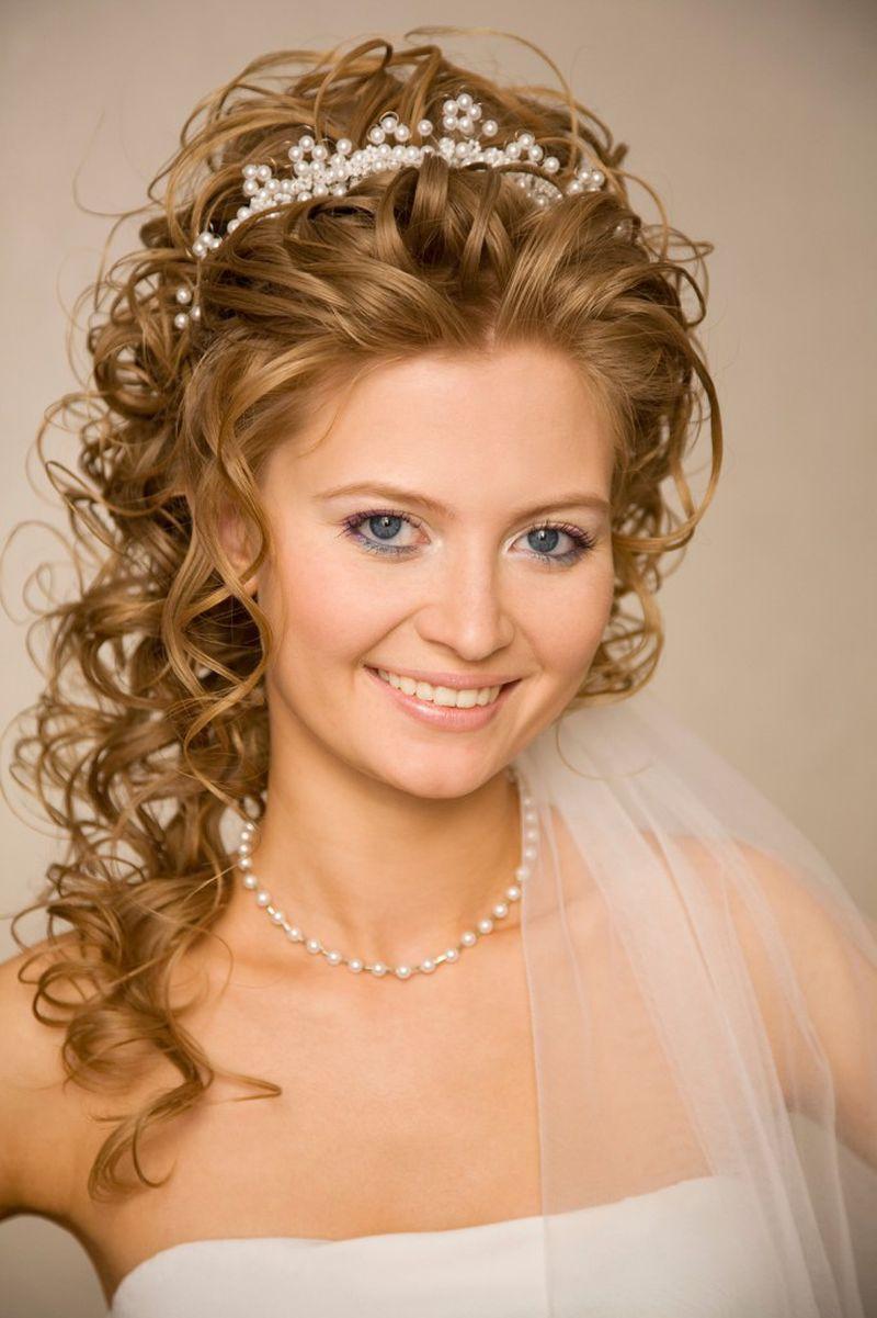 تسريحة عروس تناسب الشعر الويفي مع تاج رقيق يزينها