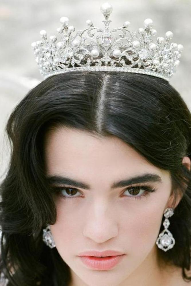 التاج الملكي للعروس صاحبة العيون الواسعة