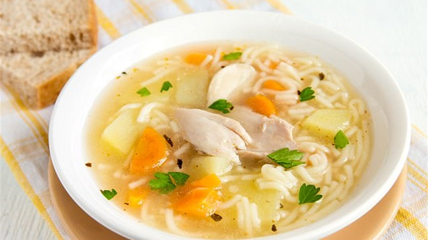 حساء الدجاج لعلاج نزلات البرد