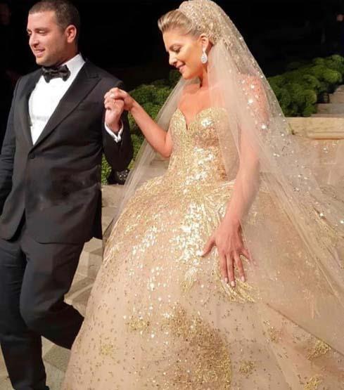 فستان ملكي مزين بالفصوص الذهبية