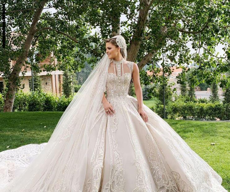 كنة مصمم الازياء العالمي ايلي صعب ارتدت فستان زفاف خيالي مرصع بالاحجار الكريمه