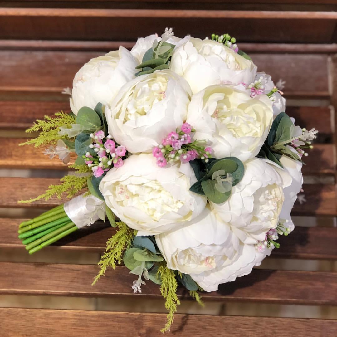 مسكة ورود بيضاء طبيعية مميزة يتوسطها زهورالبنفسج