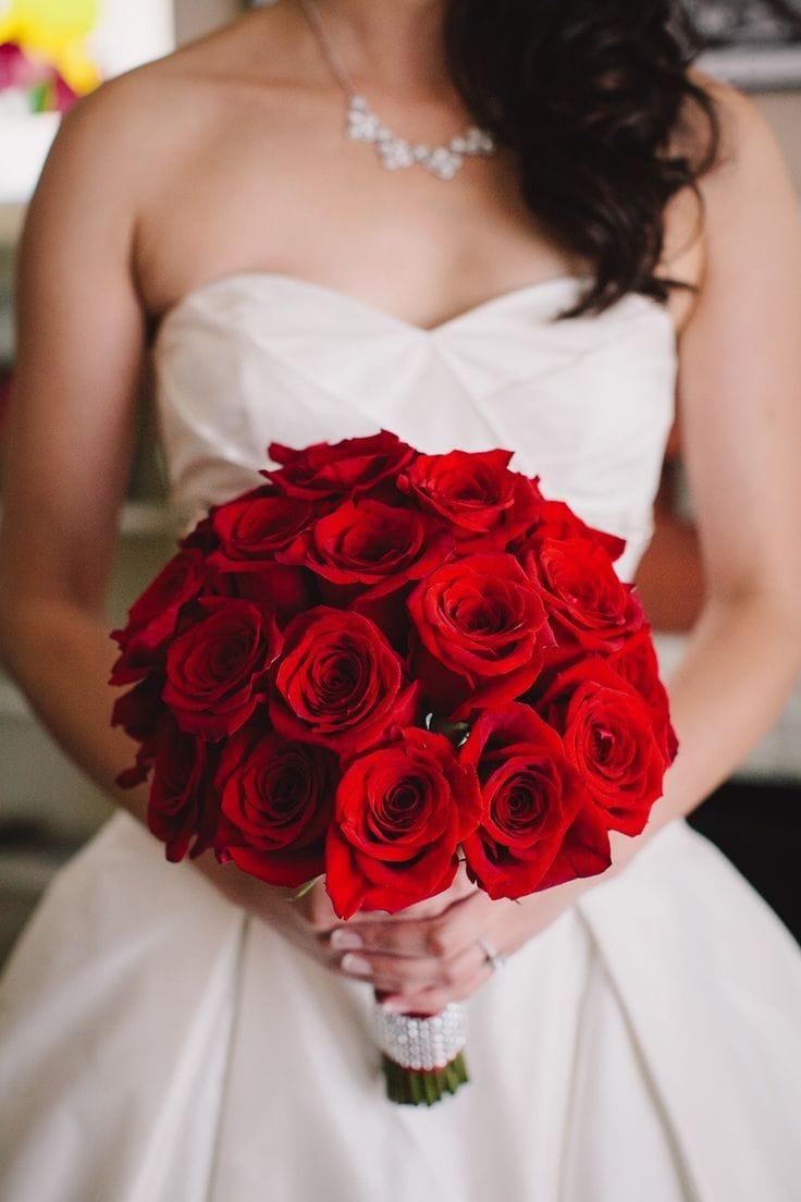 مسكة ورود حمراء لعروس 2019