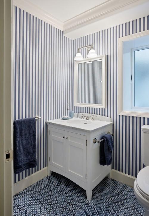 ورق حائط مخطط بالأزرق والابيض لتغطية جدران الحمام