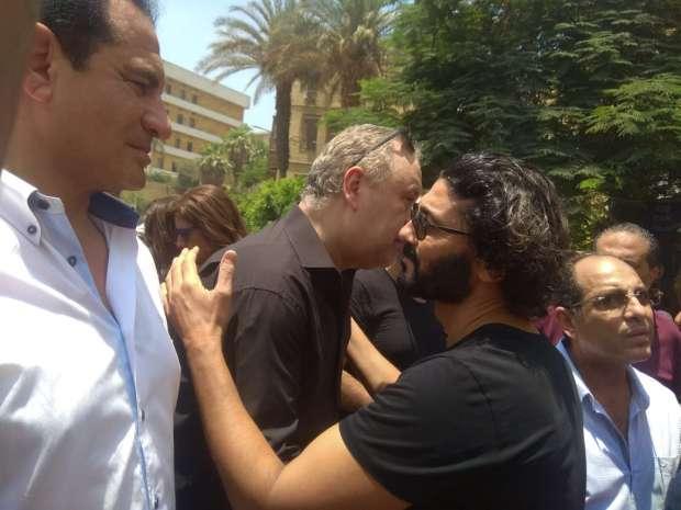 خالد النبوي في جنازة الفنان عزت ابو عوف
