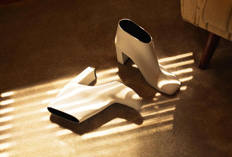 حذاء من الجلد المطاطي