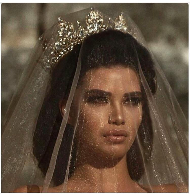 عروس ترتدي تاج ذهبي للشعر