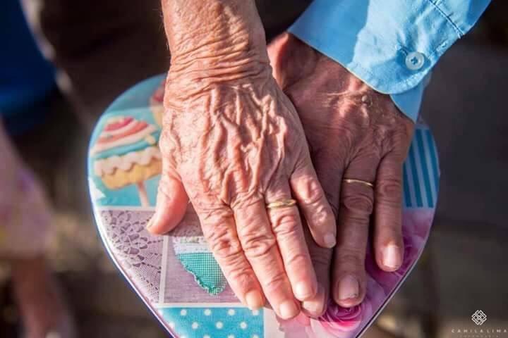 حب يجمع بين زوجين 71 عاماً .. ويرحلان عن الحياة سوياً في نفس اليوم