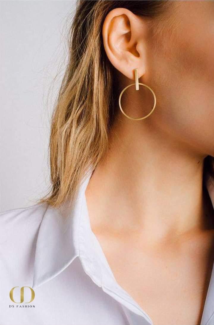 حلق ذهبي دائري متوسط الحجم بتصميم ناعم وبسيط
