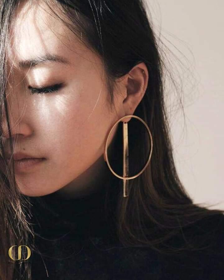 حلق ذهبي كبير الحجم بتصميم عصري ناعم وأنيق يجمع بين البساطة والفخامة