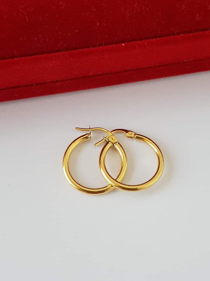 صورة حلق ذهبي متوسط الحجم على شكل اسطوانة دائرية مسمطة