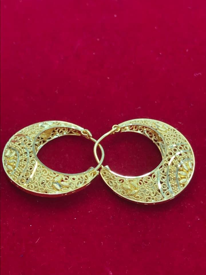 حلق ذهبي كبير الحجم بنقوشات وزخارف